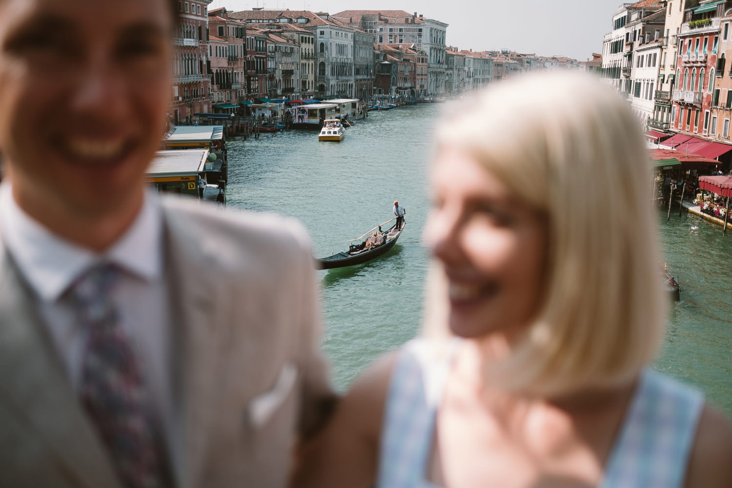 bride and groom on ponte di rialto
