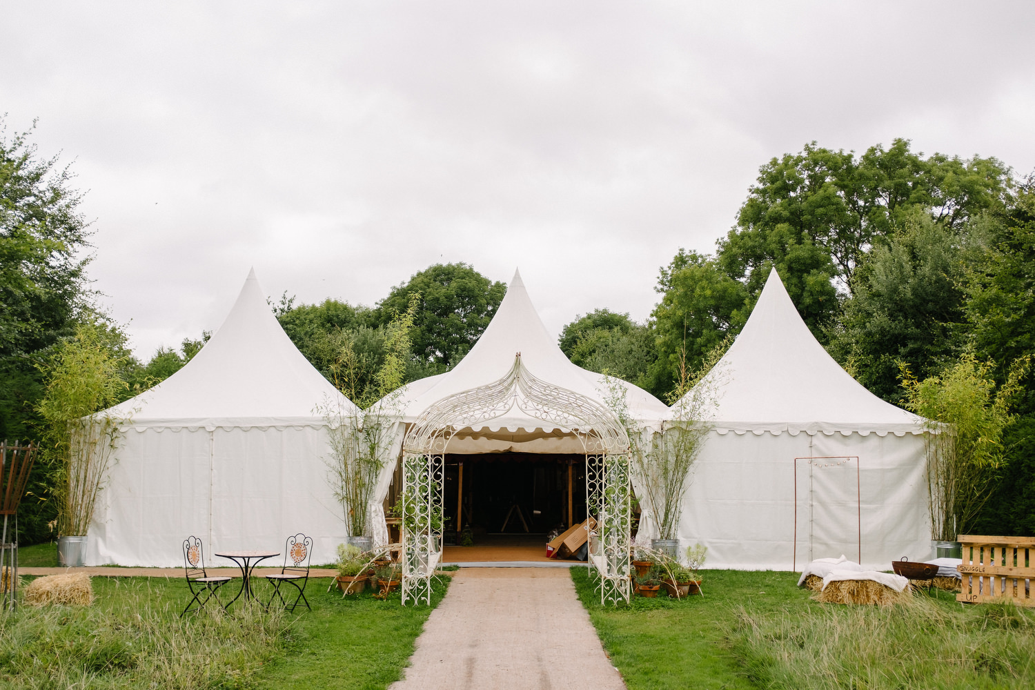 dmp0111_preparation_guests_gardens_ballintubbert_house_morning_glamping_teepee_tents_festival_wedding