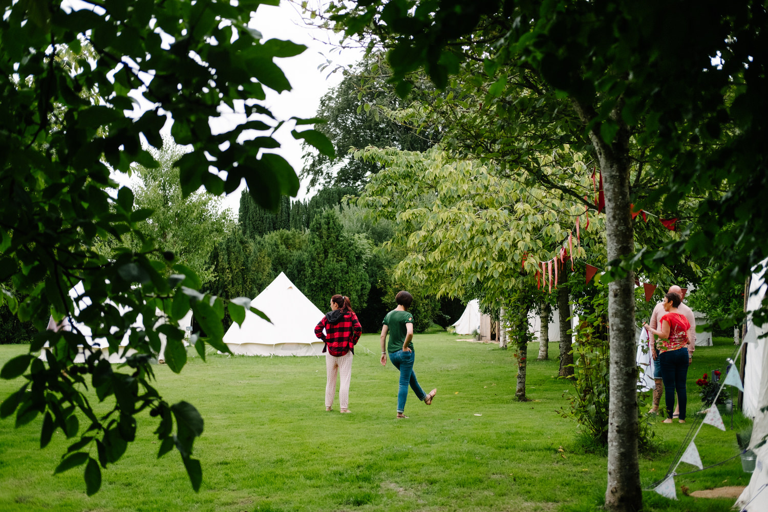 dmp0115_preparation_guests_gardens_ballintubbert_house_morning_glamping_teepee_tents_festival_wedding