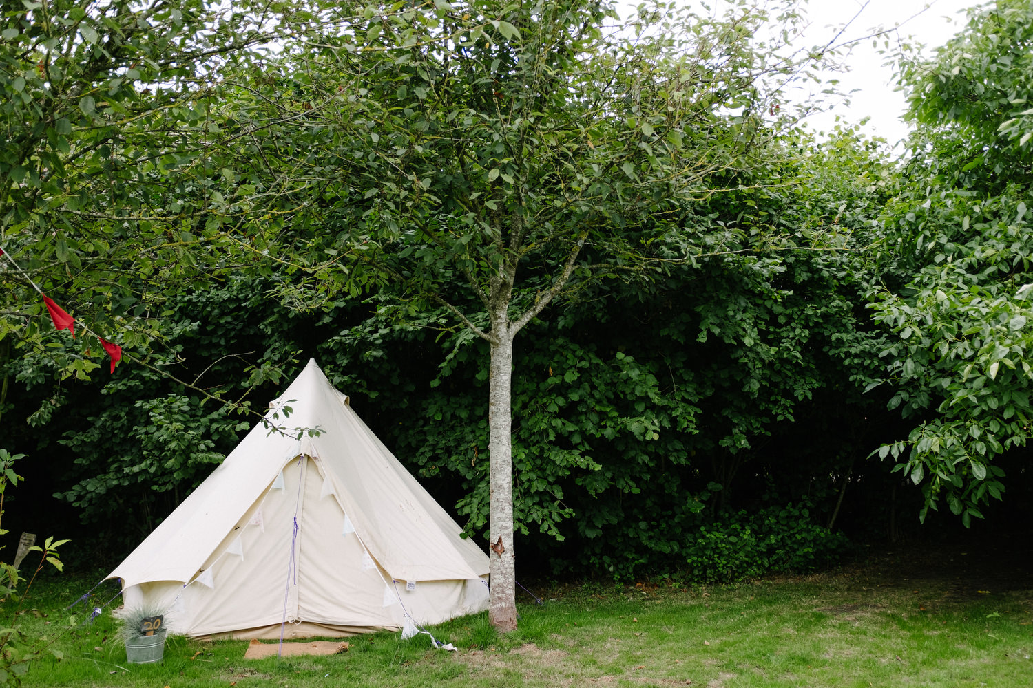 dmp0118_preparation_guests_gardens_ballintubbert_house_morning_glamping_teepee_tents_festival_wedding